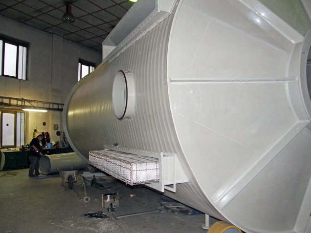 Gravitational separator with demister for a 120,000m3/h flow rate of exhaust fumes